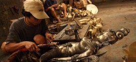 Pekerja membua patung kuningan di Mojoagung, Jombang, Jawa Timur
