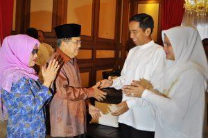 Gubernur DKI yang juga Presiden terpilih 2014-2019 Joko Widodo (kedua kanan) didampingi ibu Iriana (kanan) bersilaturahmi dengan Wapres terpilih Jusuf Kalla (kedua kiri) bersama ibu Mufida Kalla (kiri) , di rumah dinas Gubernur DKI, Jakarta, Senin (28/7). Joko Widodo mengadakan silaturahmi terbuka bersama warga sekitar dan sejumlah pejabat di rumah dinasnya untuk merayakan Idul Fitri 1 Syawal 1435 Hijriah. ANTARA FOTO/Yudhi Mahatma/hp/14