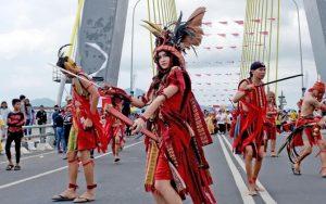 Vestido típico de Minahasa en Menado fiesta, (Foto: Reza Mangantar/Manado Post)